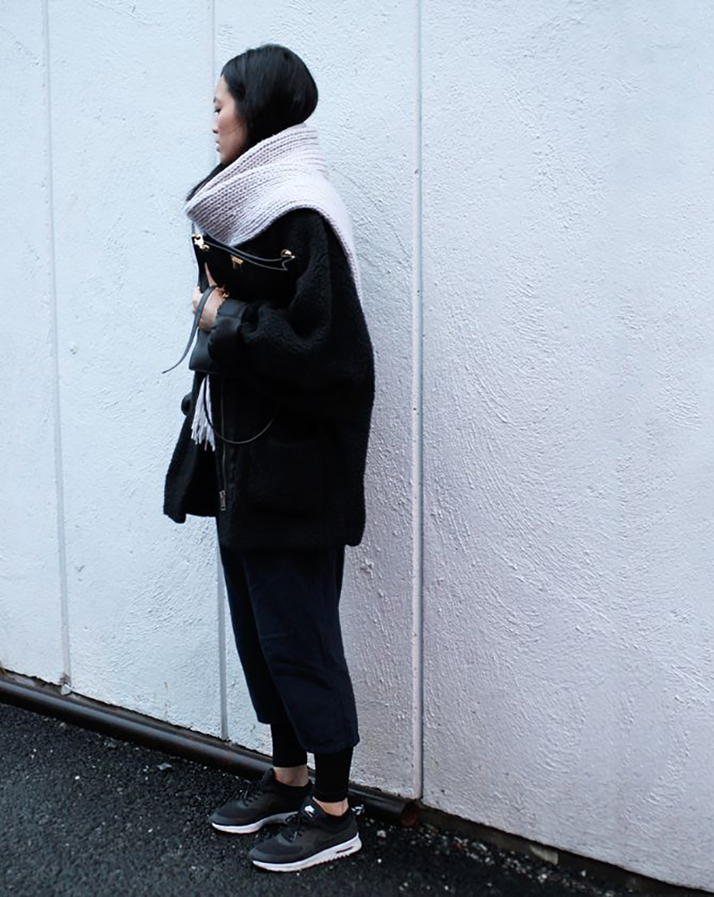 how-to-wear-black-sneakers-big-coat-streetstyle