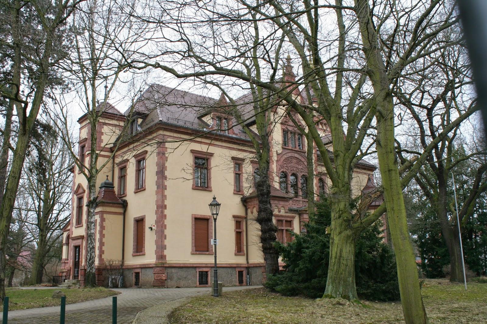 """In der einstigen """"Thorer-Villa""""in Leutzsch, welche dem Pelzhändler Curt Thorer gehörte, befindet sich seit 1992 das Leipziger Verwaltungsgericht"""