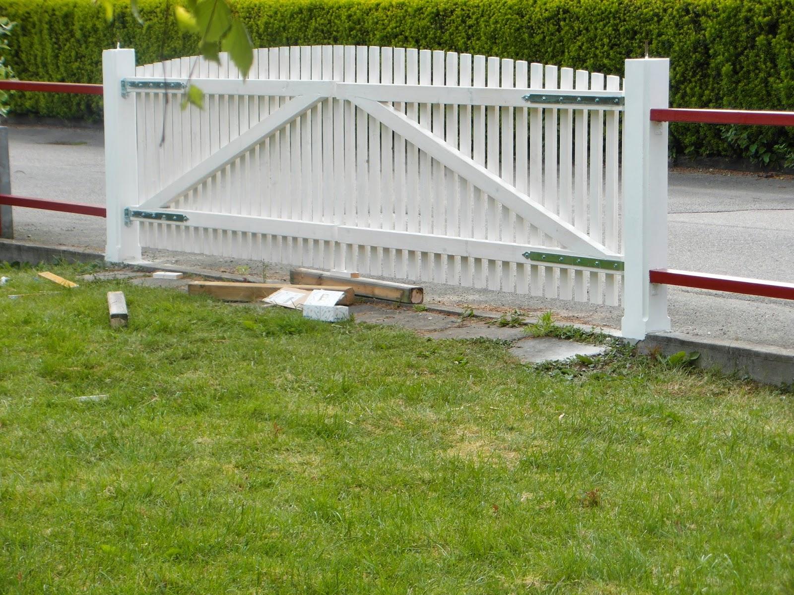 Blommor i fönstret: staket och grind!