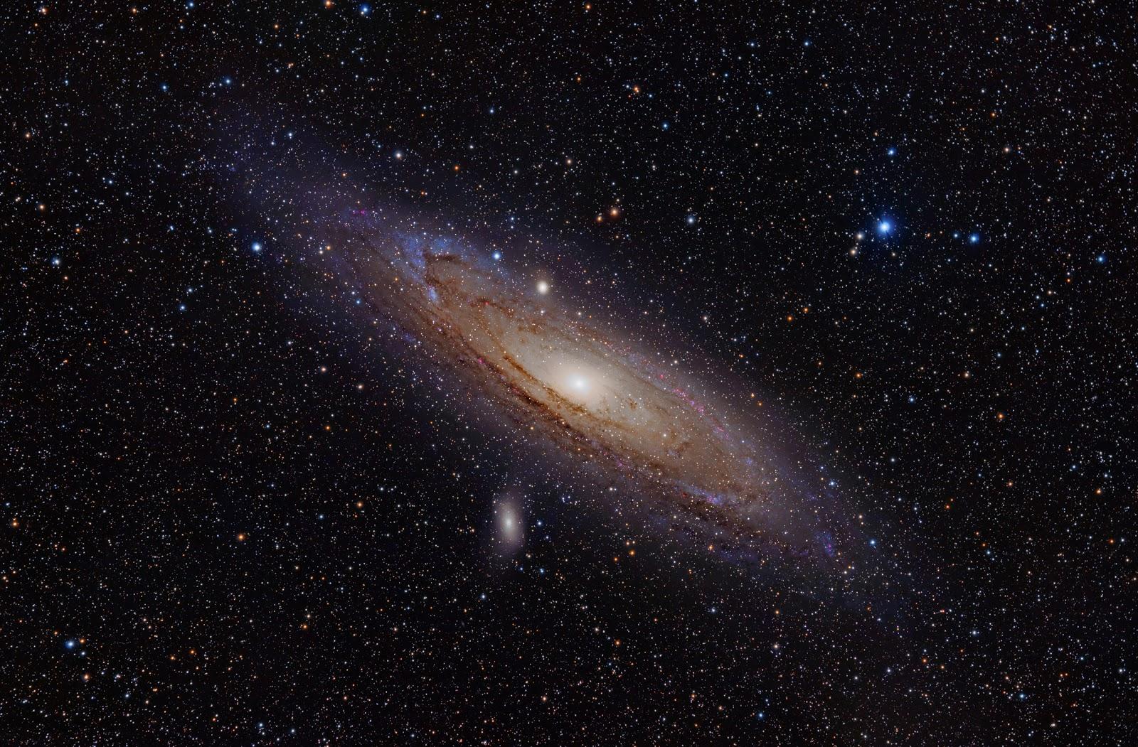 Thiên hà Andromeda với hai thiên hà vệ tinh của nó. Tác giả : Adam Evans.