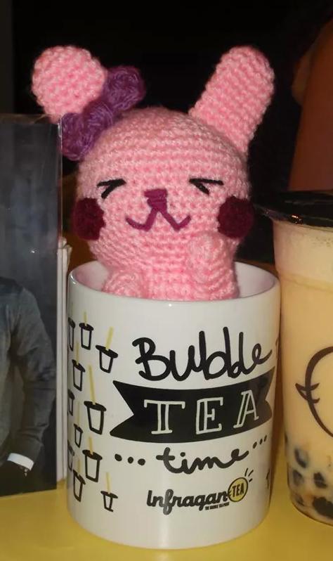 conejo amigurumi rosa en taza de infragantea