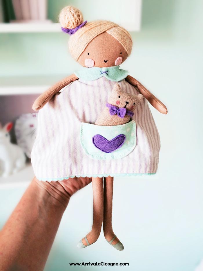 la bambolina di pezza che ha ispiratole decorazioni della cameretta della mia bimba