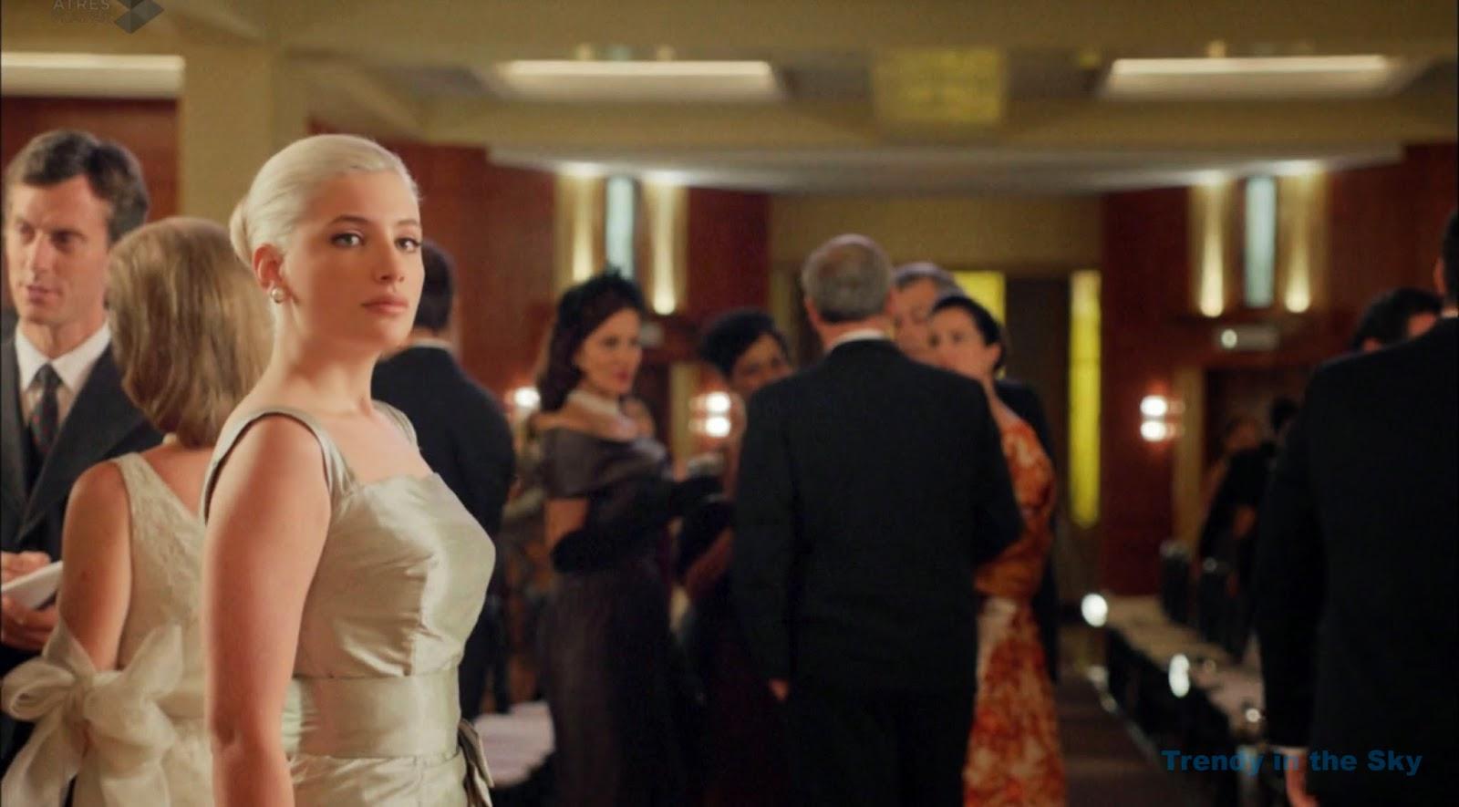 Galerías Velvet  Patricia Márquez vestido béis. Capítulo 1
