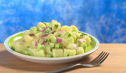 Een schotel koude aardappelsalade met rode aardappelen, mayonaise en verse tijm