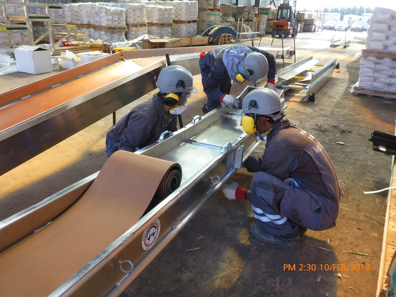 Inserting of the conveyor belt below the incline conveyor.