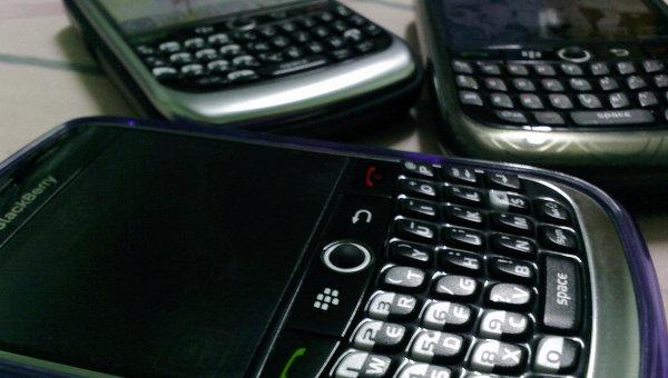 El soporte lógico de los teléfonos inteligentes BlackBerry tiene una peligrosa vulnerabilidad que da a los piratas cibernéticos acceso completo a un dispositivo atacado, según la Web Security News Daily.El ataque puede realizarse a través de una carta electrónica que contiene una imagen tipo PNG o TIFF con un código maligno. Una vez abierta la imagen, el código se activa de manera automática y, teóricamente, permite a los malhechores controlar el teléfono inteligente infectado.La vulnerabilidad radica en el BlackBerry Enterprise Server, software que permite a las empresas crear su propio servidor de correo. El fabricante de los teléfonos BlackBerry y