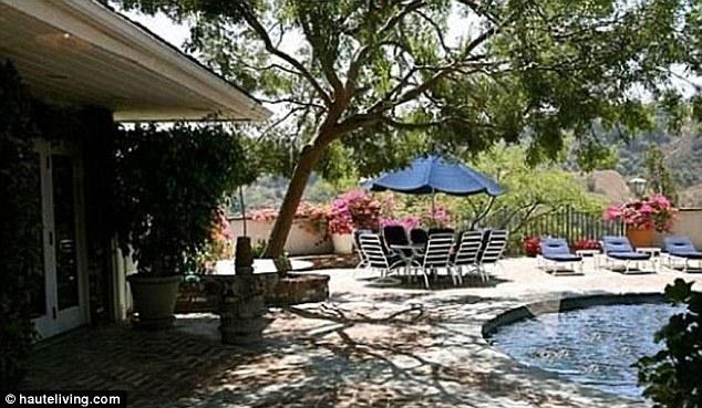 Rumah yang dibangun pada tahun 1949 di Benedict Canyon, Los Angeles ini siap dijual dengan harga $ 3,1 juta..
