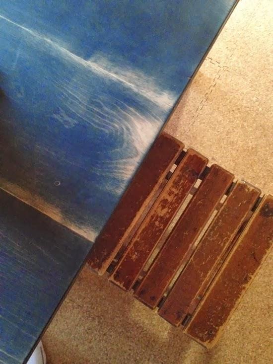 塗装が落ちてきたテーブル