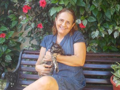 Lindalva e sua gatinha Gigi