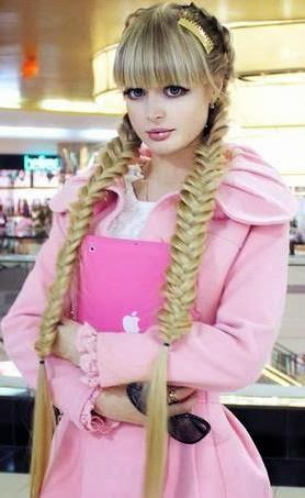 Anzhelika Kenova posando con sus enorme trenzas