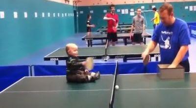 Bayi 18 Bulan Asyik Bermain Ping-Pong