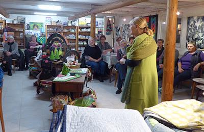 Publikum lytter til Grethe Gulliksen Moe fortælle om hendes nye bog