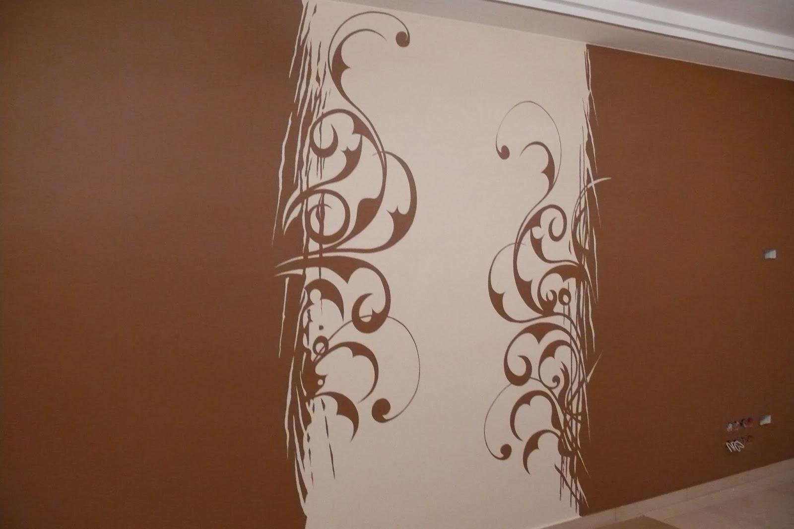 Artystyczne malowanie ściany, grafik ścienna w salonie, abstrakcyjny obraz