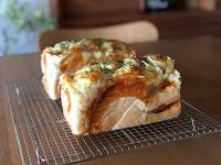 【6月 ベーコンチーズ玉ねぎの食パン】