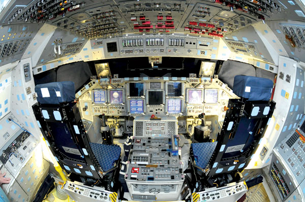 1 gambar kokpit kapal angkasa Shuttle Atlantis