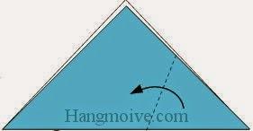 Bước 2: Gấp chéo cạnh tờ giấy theo chiều từ phải sang trái.