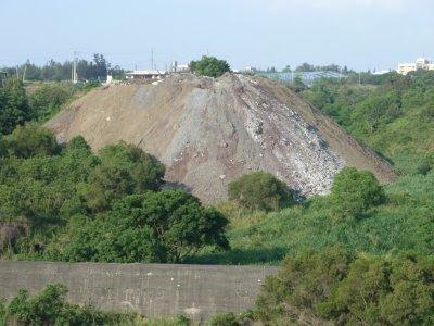 現有石業公司棄土場位於沙鹿交流道南端的東側坡面溪谷上緣,高度近八層樓。攝影:吳仁邦。