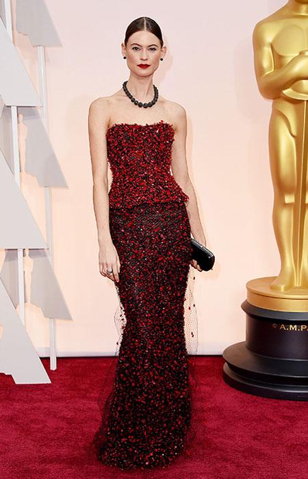 Бехати Принслу в червено и черно пеплум тоалет на Оскари 2015
