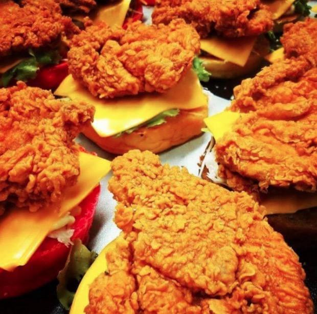 Burger daging ayam crispy dengan roti warna warni