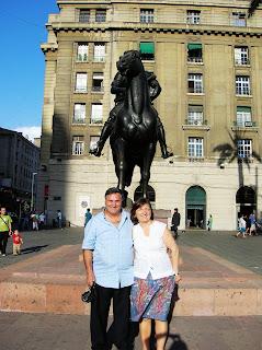 Estátua Francisco de Valdivia, Plaza de Armas, Santiago de Chile, Chile, vuelta al mundo, round the world, La vuelta al mundo de Asun y Ricardo