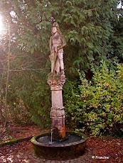 la Fontaine miraculeuse surmontée de la statue de St Gangolph
