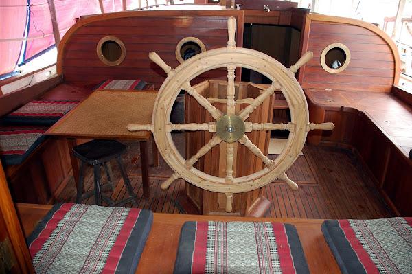 Cockpit with sandalwood steering wheel :