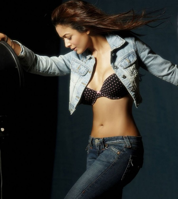 Amrita Arora Hot Thigh Show
