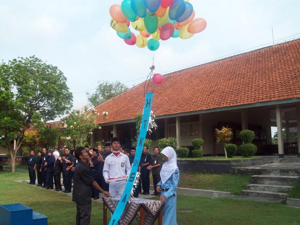 Pelepasan Balon Ke Udara Pascah HUT SMAN 1 KARANGDOWO Ke - 24