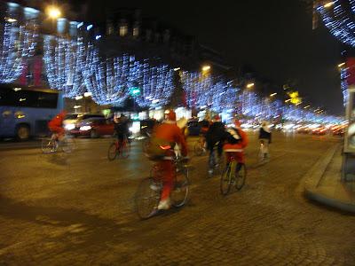 Champs Elysees envahis par des Pères Noël