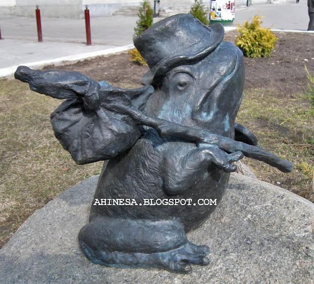 лягушка, путешественница, жаба, скульптура в Гродно, лягушка-путешественница
