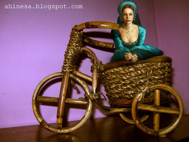 карета, плетеная подставка для цветов, велосипед