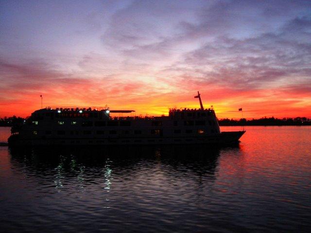 Crucero con puesta de sol.