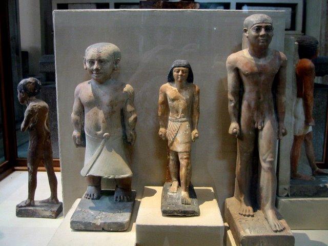 4 estatuas.