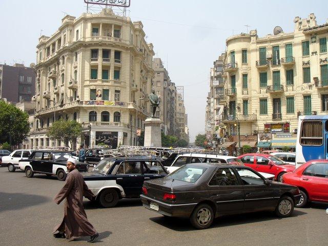 Egipcio camina por el centro.