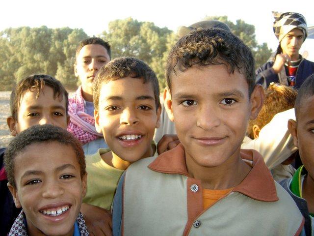 Niños alegres por la llegada del globo.