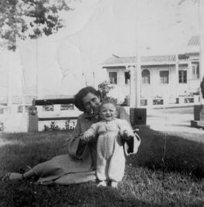 CON MAMA CLEO EN EL PARQUE FUNDADORES EN 1954