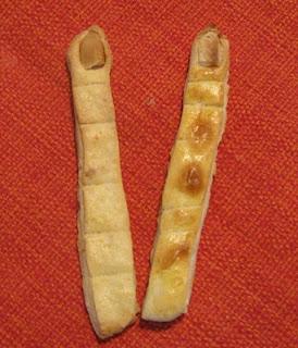 Biscoitos salgados em formato de dedos com unhas de massa folhada