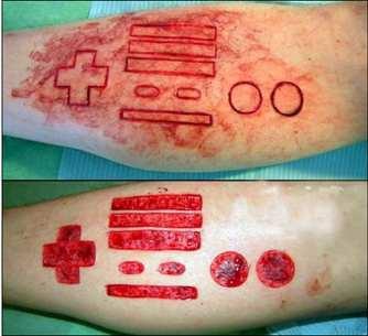 fã de videogame tatua um controle de nintendo no braço