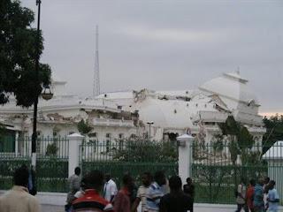 Prédio desabando: terremoto no Haiti