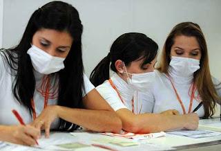 Funcionárias da GOL usando máscaras contra a Gripe Suína