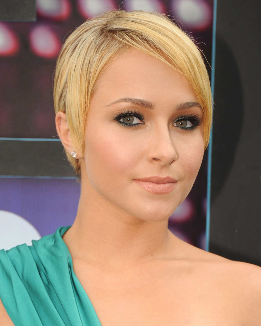 Hayden Panettiere at 2010 CMT Awards in Nashville - Hairstyles For Fat Faces And Double Chins