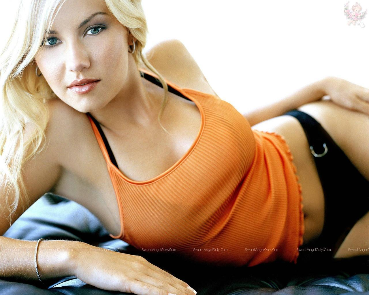 http://4.bp.blogspot.com/_-aLgbcBKmvc/TTGSmpbuT7I/AAAAAAAAEYg/NylRouwHEWM/s1600/elisha_cuthbert-in-a-still-of-her-film-wallpapers_10.jpg
