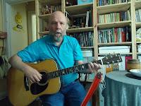 Foto af Mogens Sørensen der spiller guitar