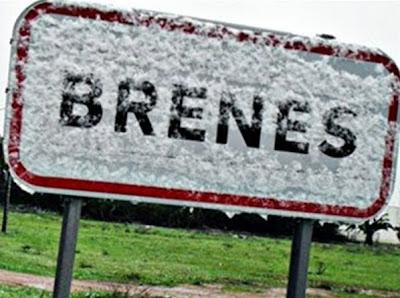 Señal de entrada a Brenes cubierta de nieve