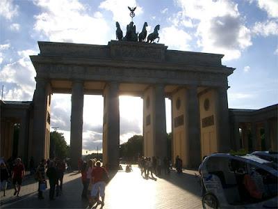 La puerta de Brandemburgo de Berlín. Uno de los principales símbolos de la capital germana. Testigo y víctima como cualquier otro alemán del paso del tiempo mientras la capital estuvo dividida en dos. Se encontraba en tierra de nadie, ya que no era accesible ni por los berlineses del Este, ni por los del Oeste. Cuando se produjo la unificación de Berlín su estado era lamentable, pero dos años después fue restaurada