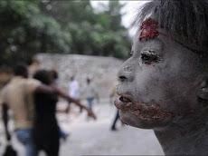 impactante imagen de Haití, una joven salida de entre los escombros con heridas