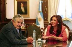 josé mujica asume hoy como presidente de Uruguay. aquí con Cristina en Bs.As.