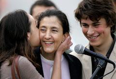 impresionante momente del encuentro entre ingrid y sus dos hijos en bogotá