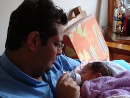 con cuánta ternura y cariño alimenta a la bebita!