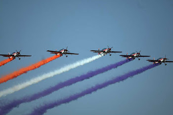 aviones a hélice sobrevuelan Santiago dibujando la bandera en la gran parada militar